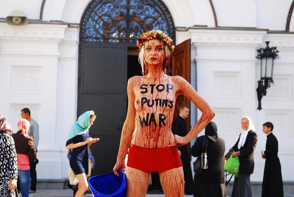 Активистка «FEMEN» облила себя «кровью ополченцев» в Киево-Печерской лавре прямо у дверей храма