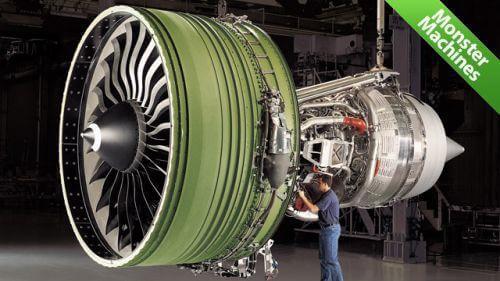 Фото настоящего двигателя GE90-115B, устанавливаемый на Боинге 777 по сравнению с человеком