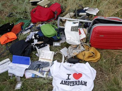 Украина. Место крушения Боинга 777. Рейс MH 17. Фото чемоданов и сумок, которых должно быть с шесть сотен, учитывая дальность рейса? Они есть, но в очень и очень скромном количестве. Источник: http://cdn.static2.rtr-vesti.ru/p/b_984347.jpg