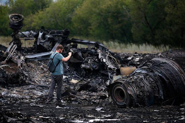 Украина. Место крушения Боинга 777. Рейс MH 17. Фото разрушенного двигателя