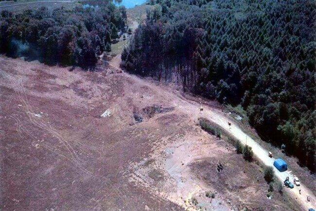 Обожженное место падения Боинга 757 в Пенсильвании. Упал он без остатка, с каким-то мусором (в котором, само собой, «расследовавшие» эту катастрофу нашли паспорта террористов). Вот вид сверху места его падения