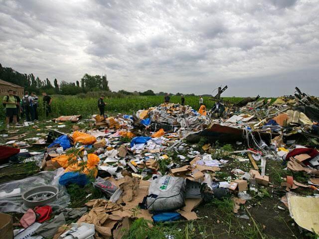 Украина. Место крушения Боинга 777. Рейс MH 17. Фото на Куча, оставляющую впечатление разгруженного мусоровоза. Источник: http://cdn.static1.rtr-vesti.ru/p/o_984019.jpg