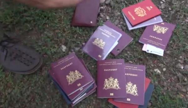 Украина. Место крушения Боинга 777. Рейс MH 17. Фото прекрасно сохранившихся паспортов некоторых пассажиров. Источник:  http://www.media.nakanune.ru/images/pictures/image_big_67374.jpg.