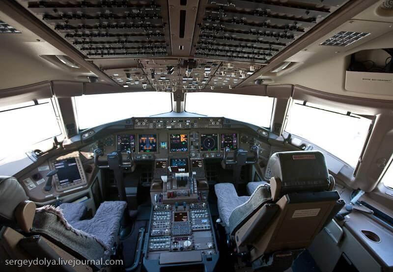 Украина. Место крушения Боинга 777. Рейс MH 17. Фото кабины у Боинга 777. Источник: http://cdn1.share.slickpic.com/u/sdolya/LeBourget/org/20090617_lebourget_309/web.jpg