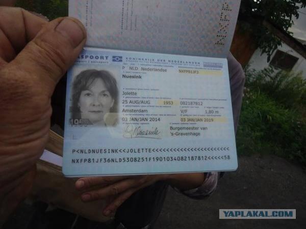 Украина. Место крушения Боинга 777. Рейс MH 17. Фото прекрасно сохранившихся паспортов некоторых пассажиров. Источник: http://s00.yaplakal.com/pics/pics_original/9/4/1/3576149.jpg