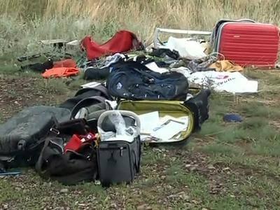 Украина. Место крушения Боинга 777. Рейс MH 17. Фото чемоданов и сумок, которых должно быть с шесть сотен, учитывая дальность рейса? Они есть, но в очень и очень скромном количестве. Источник: http://cdn.static3.rtr-vesti.ru/p/b_984302.jpg