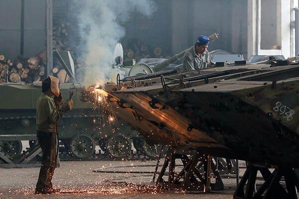 Рабочие во время ремонта бронетранспортера для украинской армии на «Житомирском бронетанковом заводе»