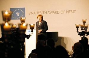 Ангела Меркель выступает с ответным благодарственным словом за награду от  «B'nai B'rith Europe Liftetime Award of Merit»