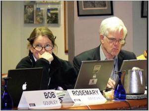На снимке: Линтон Уэлс II (справа) – бывший руководитель Пентагона по информационной безопасности и заместитель министра обороны по вопросам сетей, на недавнем заседании Пентагоновского «Горного Форума». Рядом с ним сидит Розмари Венчель, высокопоставленный чиновник Министерства Национальной Безопасности США