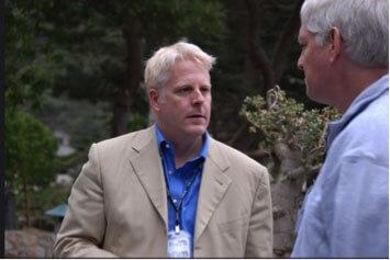 """Льюис Шеферд (слева), в то время старший технический специалист в разведывательном управлении Министерства обороны, беседует с Питером Норвигом (справа), признанным экспертом в области искусственного интеллекта, руководившим всеми научными исследованиями в компании Google. Фото было сделано на """"Горном Форуме"""" в 2007 году"""
