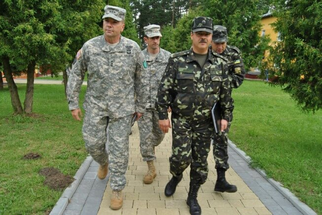 Командующий сухопутными войсками США в Европе генерал-лейтенант (трехзвездочный генерал) Фредерик Бен Ходжес во время визита на полигон в Яровирском районе Львовской области